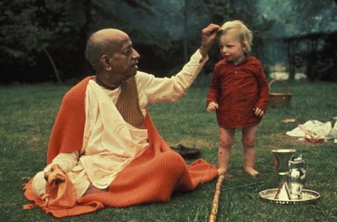 Prabhupada-and-child__small_